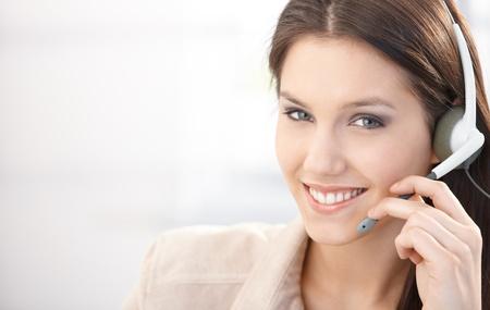 Happy Dispatcher in Call-Center, arbeiten mit Headset, lächelnd. Standard-Bild