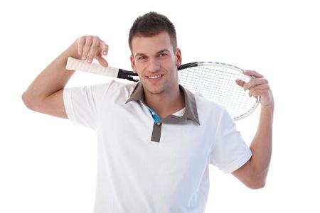 raqueta tenis: Joven tenista tomando un descanso, sonriente, celebraci�n de raqueta de tenis. Foto de archivo