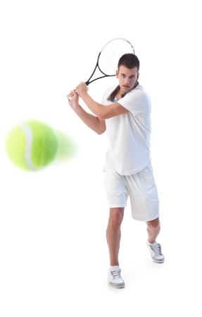 raqueta de tenis: Goodlooking tenista preparado para golpe de rev�s,