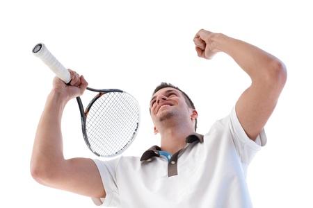 inginocchiarsi: Giovane tennista felice per il punteggio, stringendo i pugni, tenendo la racchetta da tennis.