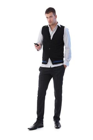 Gut aussehend junger Mann mit Handy, SMS-Nachricht zu schreiben. Standard-Bild