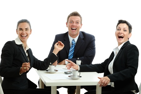 mujer tomando cafe: Equipo de negocios feliz con una reuni�n en la mesa de caf�, riendo. Aislados en blanco. Foto de archivo