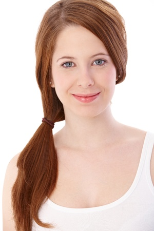 gingerish: Retrato de chica gingerish sonriente con pelo largo en espiral.