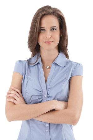Jeune sourire portrait d'affaires, debout, les bras croisés, isolé sur fond blanc.
