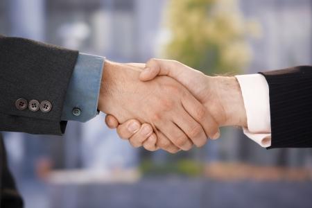 dandose la mano: apret�n de manos de negocios, empresarios, agitando las manos, acuerdo, saludo, success.%uFFFD