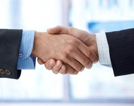 mani che si stringono: affari stretta di mano, accordo, successo, congratulazioni.