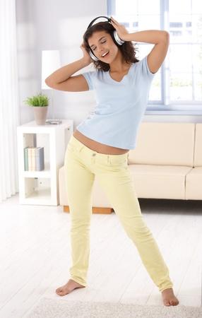 one teenage girl only: M�sica escucha de colegiala bonita, bailando en casa, que se divierten. Foto de archivo