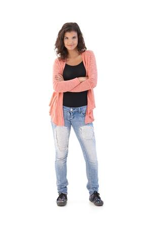 one teenage girl only: Colegiala conf�a en pie brazos cruzados, mirando la c�mara, sonriendo.