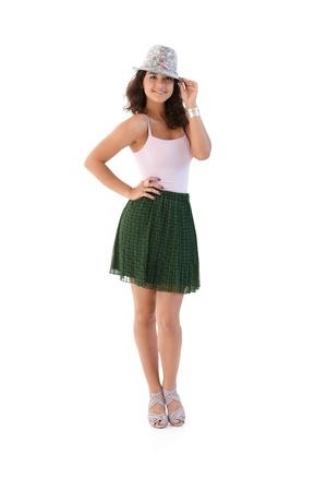 falda corta: Linda mujer posando en hat en verano, sonriendo.