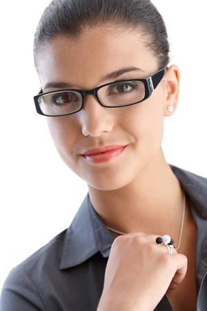 blusa: Retrato de confianza empresaria joven usan gafas, sonriendo.