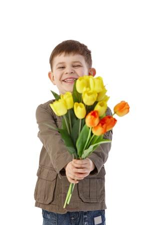 ramos de flores: Little boy dar flores a alguien, sonriendo alegremente.