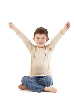 gente sentada: Little boy sentado en el suelo en asiento de sastre, sonriendo alegremente. Foto de archivo