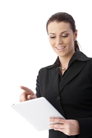 low angle views: Empresaria alegre con tablet PC, sonriendo.