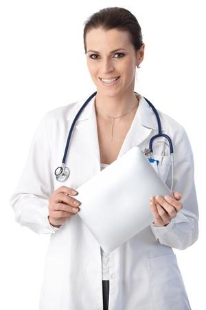doctora: Sonriendo a m�dico con pad de equipo de pantalla t�ctil de mano, mirando a c�mara, aislados en blanco.
