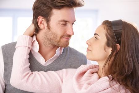 be kissed: Giovane coppia attraente amante abbracci e baci.