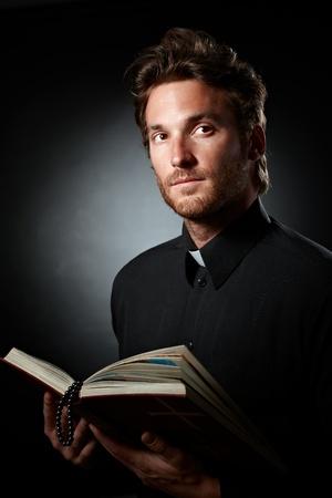 pr�tre: Portrait de jeune pr�tre avec la Bible et le chapelet de poche.