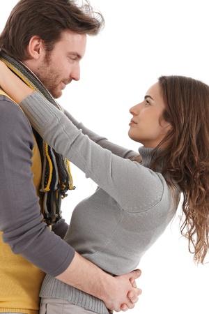 be kissed: Giovane coppia di innamorati abbracciare, baciare, vista laterale.