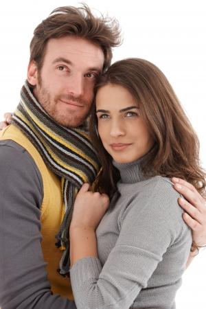 amigos abrazandose: Retrato de otoño de atractiva joven pareja amorosa, sonriendo, mirando de lejos. Foto de archivo