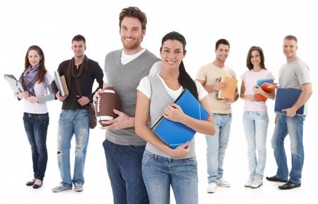 tanulás: Csoport portré boldog főiskolai hallgatók, mosolygós fiatal pár előtt. Stock fotó