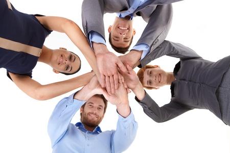 mani unite: Sorridente uomini d'affari mettere le mani, vista dal basso.