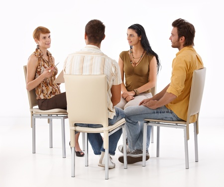 personas sentadas: Jóvenes empresarios una lluvia de ideas, sentados en círculo. Foto de archivo