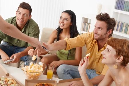 compa�erismo: Compa�erismo felices juntos en casa.