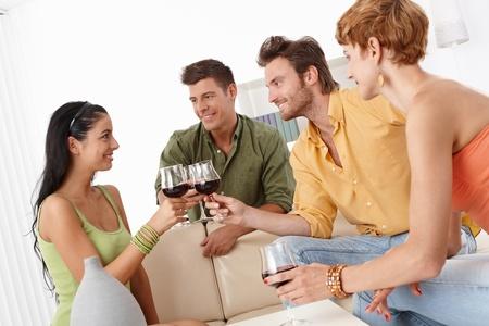 compa�erismo: Feliz vasos peque�os tintineo de compa�erismo, la diversi�n, de fiesta.