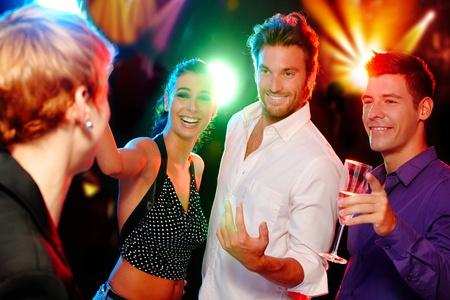 compa�erismo: Compa��a de j�venes se divierten en una discoteca.