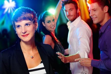 socializando: Los jóvenes, amigos en la discoteca, bailar, divertirse. Foto de archivo