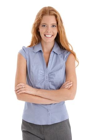 pelirrojos: Retrato de mujer pelirroja feliz riendo, mirando a la c�mara con los brazos cruzados.