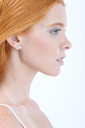 perfil de mujer rostro: Retrato de perfil de pura belleza con el pelo rojo, vista lateral.