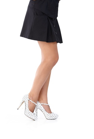 falda corta: Piernas bonitas en mini falda y zapatos de tacón alto.