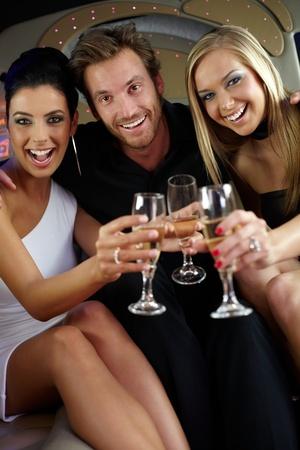 compa�erismo: Compa��a elegante feliz tintineo de vasos, se divierten.