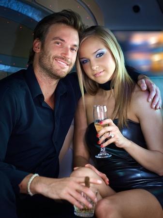 amigos abrazandose: Retrato de pareja elegante hermosa sonrisa. Foto de archivo