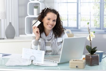 행복 한 여자, 신용 카드로 인터넷에서 쇼핑을 카메라에 미소.