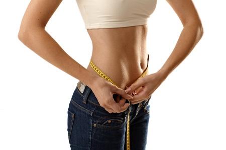 허리의 잘룩 한 선: 테이프 단위와 허리의 잘록한 곳 크기를 측정 얇은 여자.