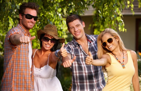compa�erismo: El compa�erismo feliz celebraci�n pulgar hacia arriba, divertirse al aire libre.