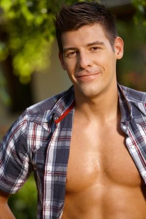 nackte brust: Sommer-Porträt von hübschen jungen Mann mit nacktem Oberkörper, lächelnd.