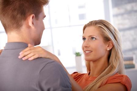 amigos abrazandose: Amar novia mirando a su novio, sonriendo, abrazando. Foto de archivo