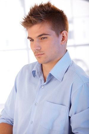 beau jeune homme: Portrait d'un jeune homme portant une chemise élégante.