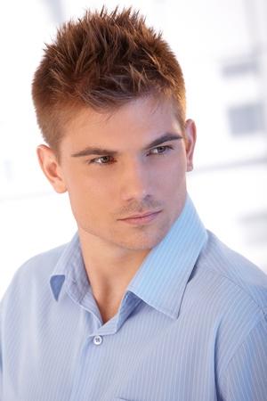 tendencja: Zbliżenie portret czy przystojny młody człowiek z chłodnym fryzurze pozowanie.