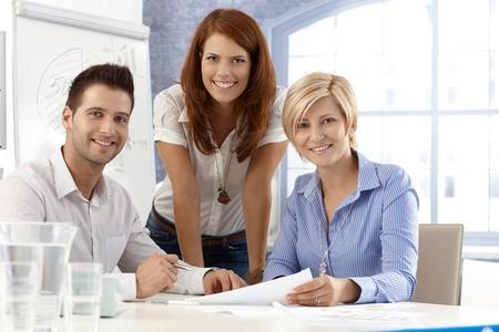 Portrait eines glücklichen und attraktiven Büro-Team, lächelnd in die Kamera. Standard-Bild