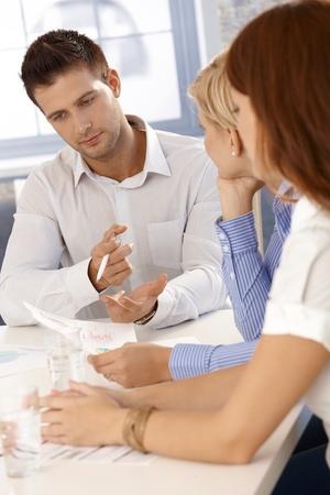 revisando documentos: Lluvia de ideas en el businessmeeting, hombre de negocios para concentrarse en la tarea.