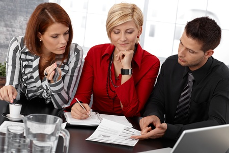 revisando documentos: Businessteam en la reunión, los empresarios de revisar los documentos, tomar notas, trabajar juntos.