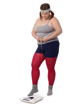 허리의 잘룩 한 선: 스포츠 측정 허리의 잘록한 곳 무게 뚱뚱한 여자.