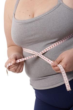 cinta de medir: Primer foto del cuerpo de la mujer gorda, mientras que la medici�n de la cintura con cinta m�trica.