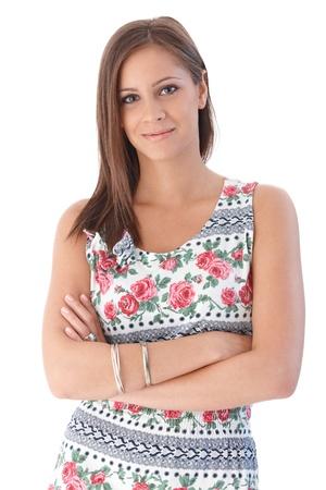 Portret van lachende jonge vrouw in gebloemde zomerjurk. Stockfoto