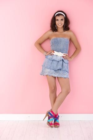 cintillos: Chica sexy con un vestido mini, sonriendo, mirando a la c�mara.