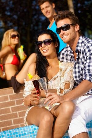 amigos abrazandose: Amando pareja en vacaciones de verano en la piscina.