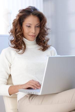 mujer sola: Mujer joven atractiva �tnica de trabajo en equipo en casa. Foto de archivo